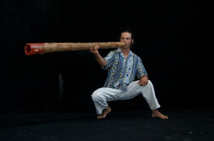 maui didgeridoo player